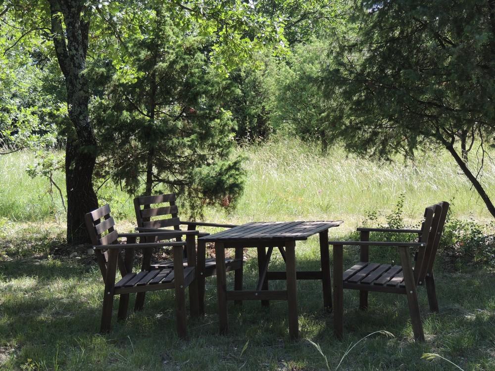 Un espace aménagé pour le pique-nique sur le sentier de Briange