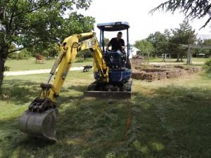 Armel prépare l'emplacement du nouvel espace de permaculture