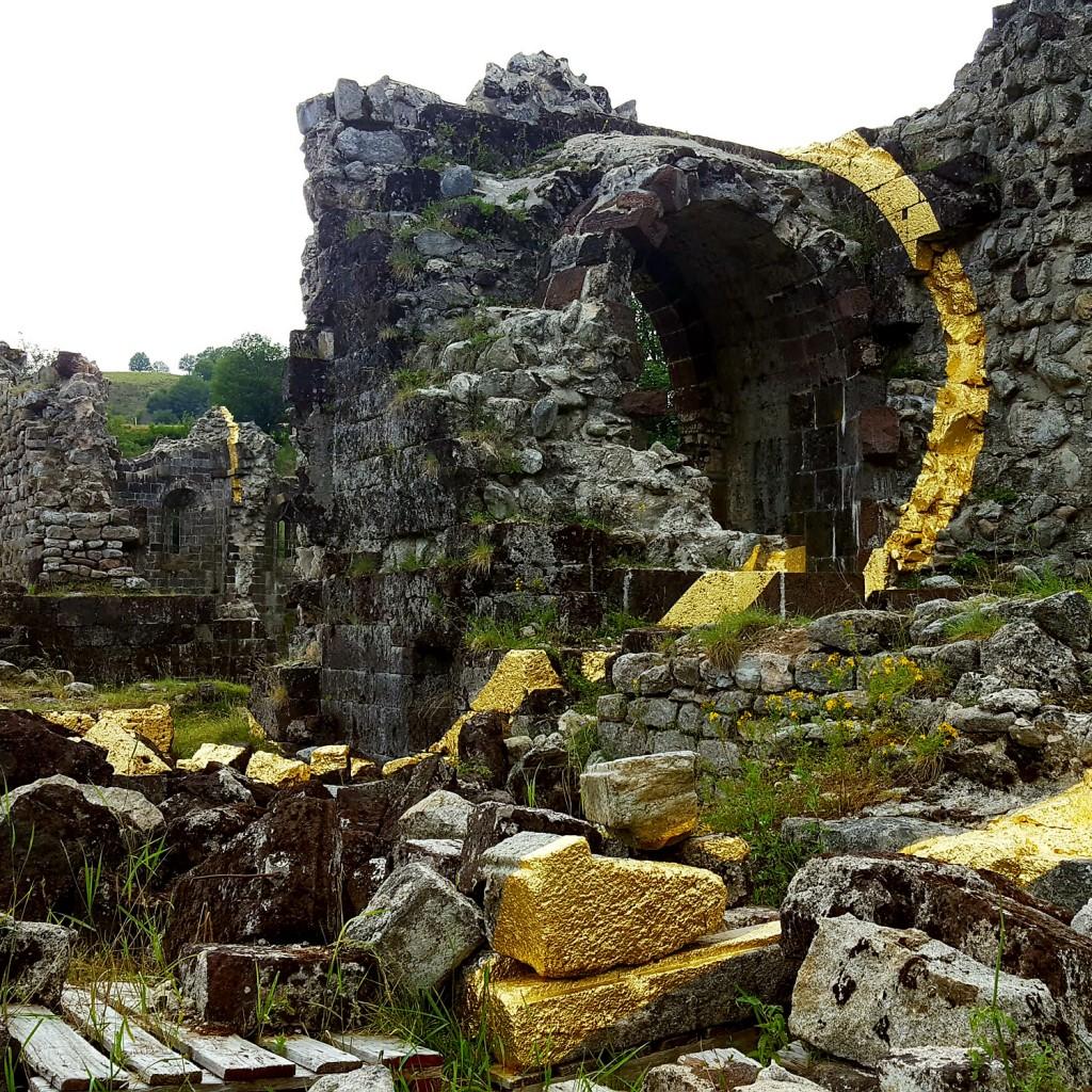 Le Partage des eaux - L'Abbaye de Mazan par Felica Varini